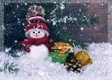 Fond de Noël avec un petit bonhomme de neige sur le fond de t Photo stock
