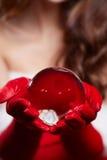 Fond de Noël avec une boule en verre brillante sur les mains modèles Chr Images stock