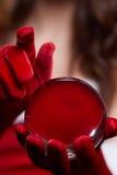 Fond de Noël avec une boule en verre brillante sur les mains modèles Chr Photographie stock