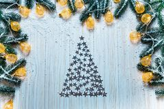 Fond de Noël avec une guirlande lumineuse sur la table en bois blanche Photographie stock