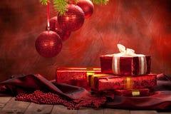 Fond de Noël - billes et cadeaux Photographie stock
