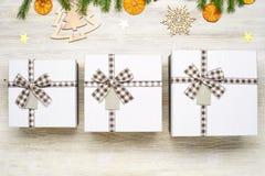 Fond de Noël Boîte-cadeau trois avec l'arc de différentes tailles Images stock