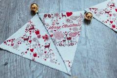 Fond de Noël Boules d'or Drapeaux de Noël Image libre de droits