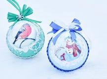 Fond de Noël - boules de Noël sur un fond neigeux photographie stock