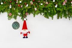 Fond de Noël Branche d'arbre de sapin de Noël avec Santa et boule verte de Noël sur le fond en bois blanc Images libres de droits