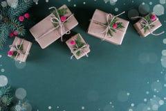 Fond de Noël Cadeaux d'emballage en papier beige de métier de vintage et décor naturel Branches de sapin et de baie rouge Image stock