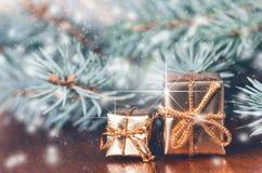 Fond de Noël, cadeaux et branches impeccables Cadeaux de Noël sur un fond en bois Orientation molle Étincelles et bulles Abst Photos libres de droits