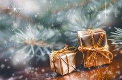 Fond de Noël, cadeaux et branches impeccables Cadeaux de Noël sur un fond en bois Orientation molle Étincelles et bulles Abst Photo libre de droits