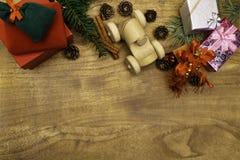 Fond de Noël Cadeaux de cadeaux de Noël, machine en bois de jouet et décorations de fête sur le rétro dessus de style de fond en  image libre de droits