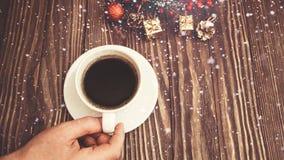 Fond de Noël, cadeaux masculins de flocons de neige de café de prise de main photos libres de droits