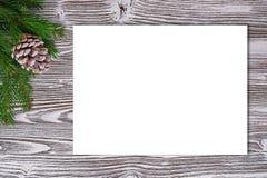 Fond de Noël de carton amorcé, brindilles, cônes de cèdre dessus Photos libres de droits