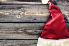 Fond de Noël, chapeau de Santa, célébration, table en bois créatif, décoratif, concevez, fin, l'espace de copie saint Nichola de  Images libres de droits