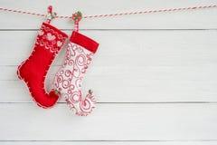Fond de Noël Chaussettes colorées de Noël sur b en bois blanc photographie stock libre de droits