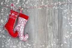 Fond de Noël Chaussettes colorées de Noël sur le backgro en bois images libres de droits