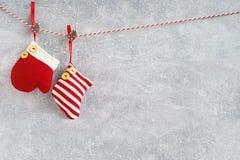 Fond de Noël Chaussettes et mitaine rouges de Noël sur le CCB gris images libres de droits