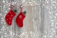 Fond de Noël Chaussettes rouges de Noël sur le fond en bois images libres de droits