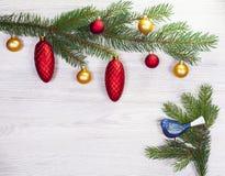 Fond de Noël, décoration sur le conseil en bois blanc photos stock