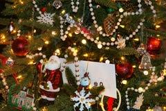 Fond de Noël d'arbre démodé avec une variété éclectique d'ornements comprenant la guirlande de Santa et de perle et un enve de ca photo libre de droits
