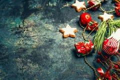 Fond de Noël de vintage avec la décoration et les biscuits rouges images stock