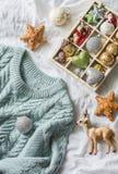 Fond de Noël La boîte de décorations de Noël de vintage et le bleu ont tricoté le chandail sur le lit, vue d'en haut Noël MOIS co Photos libres de droits