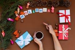 Fond de Noël de mains avec l'hiver de vacances de nouvelle année de cadeaux d'arbre de Noël blanc photos stock