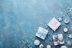 Fond de Noël de mode Boîte-cadeau et décoration de vacances sur la vue supérieure bleue de table de vintage Configuration plate C Photographie stock libre de droits