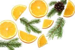 Fond de Noël orange coupée en tranches avec l'arbre de cône et de sapin d'isolement sur la vue supérieure de fond blanc Images libres de droits