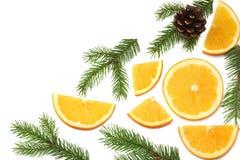Fond de Noël orange coupée en tranches avec l'arbre de cône et de sapin d'isolement sur la vue supérieure de fond blanc Photos libres de droits