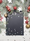 Fond de Noël ou de nouvelle année : branches de fourrure-arbre, boules en verre colorées, décoration et étoiles éclatantes sur le Images libres de droits