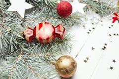 Fond de Noël ou de nouvelle année : branches de fourrure-arbre, boules en verre colorées, décoration et étoiles éclatantes sur le Image libre de droits