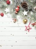 Fond de Noël ou de nouvelle année : branches de fourrure-arbre, boules en verre colorées, décoration et étoiles éclatantes sur le Image stock