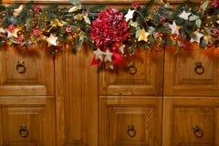 Fond de Noël ou de nouvelle année, composition simple faite de décorations de Noël et branches de sapin, configuration plate, esp Photographie stock