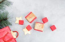Fond de Noël : paniers, boîte-cadeau et étoiles d'or Photos stock