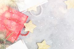 Fond de Noël : paniers, boîte-cadeau et étoiles d'or sous la neige Photos libres de droits