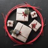 Fond de Noël pendant des vacances d'hiver avec des cadeaux de Noël gravés par le cercle rouge Photos stock