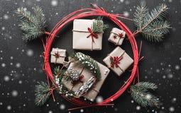 Fond de Noël pendant des vacances d'hiver avec des cadeaux de Noël gravés par le cercle rouge de l'amour Images stock