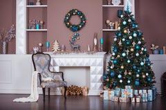 Fond de Noël Pièce intérieure décorée dans le style de Noël Aucune personnes Arbre et cheminée de nouvelle année Photographie stock libre de droits