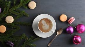 Fond de Noël - tasse de cappuccino avec le gâteau, macarons, ch Photo libre de droits
