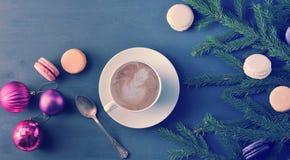 Fond de Noël - tasse de cappuccino avec le gâteau, macarons, ch Photo stock