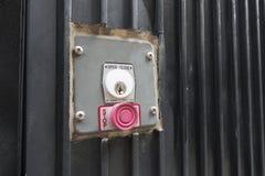 Fond de noir d'ouvreur de porte de serrure de clé de bouton rouge photographie stock
