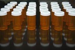 Fond de noir de bouteille de prescription dans une ligne Image stock