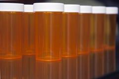 Fond de noir de bouteille de prescription dans une ligne angle latéral Photographie stock