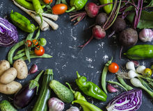 Fond de nourriture Assortiment des légumes frais de jardin Vue supérieure image stock