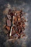 Fond de nourriture avec du lait et chocolat amer et couteau coupés Photos libres de droits