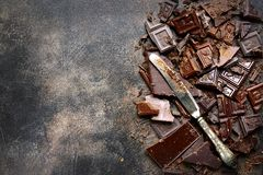 Fond de nourriture avec du lait et chocolat amer et couteau coupés Photos stock