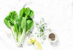 Fond de nourriture avec le bok choi de chou, le citron, le poivre et l'espace libre pour le texte Fond blanc Photographie stock libre de droits