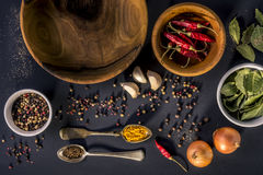 Fond de nourriture avec les cuvettes en bois photo libre de droits