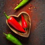 Fond de nourriture d'épice Piment rouge et vert dans une cuvette en bois photographie stock