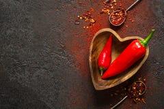 Fond de nourriture d'épice Poivre d'un rouge ardent dans une cuvette en bois photo stock