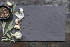 Fond de nourriture d'ardoise avec les clous de girofle d'ail Sage Leaves et P noir Images stock